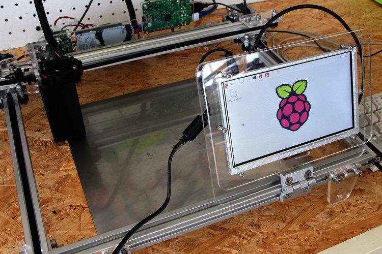 Raspberry Pi 2 とモニタとレーザー加工機(カッター)の画像