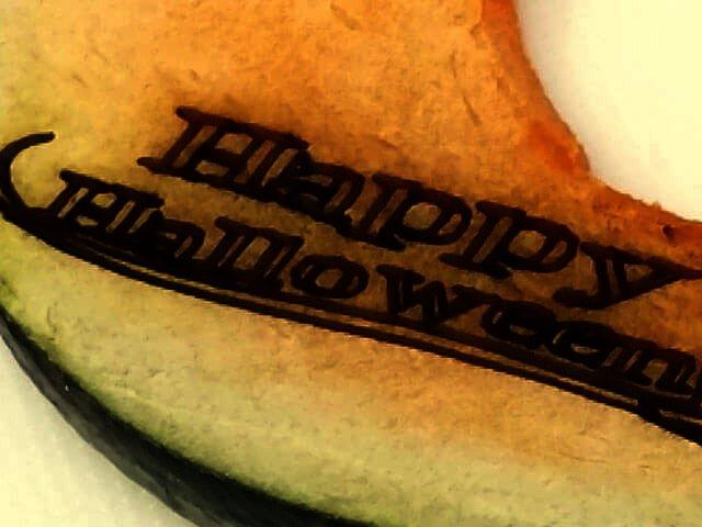カボチャの実の部分にレーザーカッターで文字を刻印