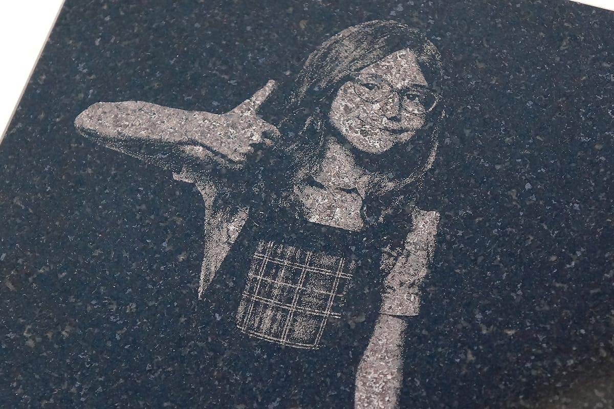 レーザーカッターで黒御影石に刻印する方法