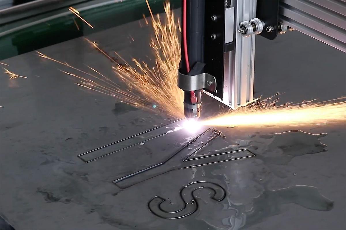 金属切断用プラズマ加工機開発中!試しに会社の看板を作ってみました。