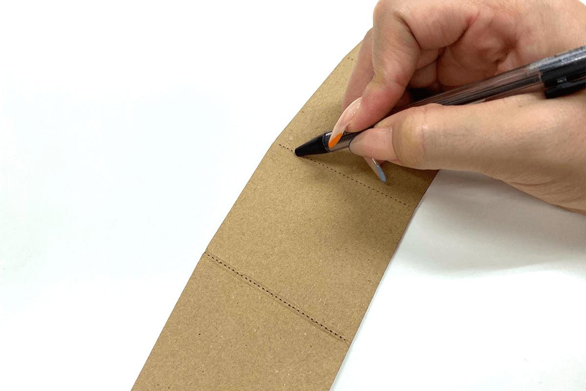 点線部分をペンや棒でなぞり、折れやすくする