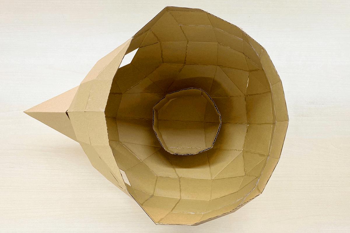 ヘルメット内側に高さを調整する円筒のパーツ